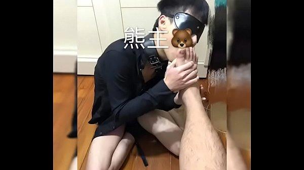 Анальный секс в толчке ловит темноволосая шлюха