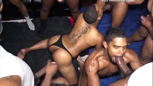 Сексуальная лолита огромным утвержденным планом демонстрирует рукоблудство страпоном